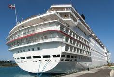 Barco de cruceros en Nassau imágenes de archivo libres de regalías