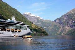 Barco de cruceros en Noruega foto de archivo