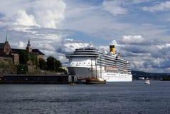 Barco de cruceros en Oslo, Noruega Imágenes de archivo libres de regalías