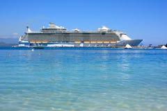 Barco de cruceros en paraíso del Caribe Imágenes de archivo libres de regalías