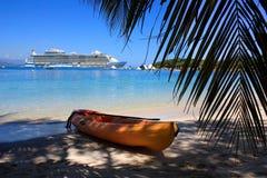 Barco de cruceros en paraíso del Caribe Fotos de archivo