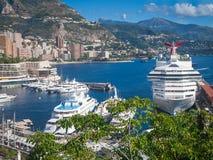 Barco de cruceros en puerto Imágenes de archivo libres de regalías