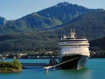 Barco de cruceros en puerto de Juneau, Alaska Imagen de archivo