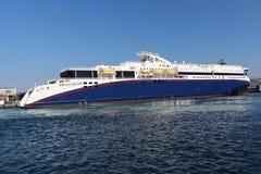 Barco de cruceros en puerto en Kristiansand en Noruega fotos de archivo