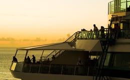 Barco de cruceros en puesta del sol Fotografía de archivo