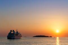 Barco de cruceros en puesta del sol en Adriatica Foto de archivo libre de regalías