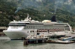 Barco de cruceros en Skagway, puerto de Alaska Fotografía de archivo libre de regalías