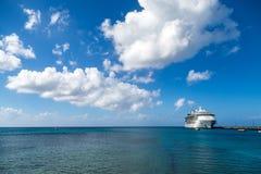 Barco de cruceros en St Croix Horizon Foto de archivo libre de regalías