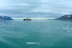 Barco de cruceros en Svalbard Imágenes de archivo libres de regalías