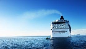 Barco de cruceros en tiempo de la puesta del sol Imagenes de archivo