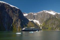 Barco de cruceros en Tracy Arm Fjords en Alaska, Estados Unidos foto de archivo