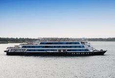Barco de cruceros en travesía del río Nilo, Egipto el Nilo fotografía de archivo