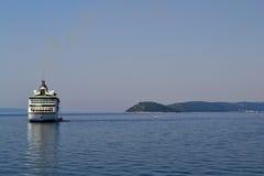 Barco de cruceros en un mar Fotos de archivo libres de regalías
