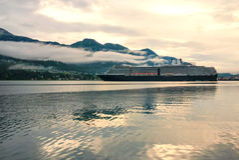 Barco de cruceros en un puerto en Juneau, Alaska Fotos de archivo libres de regalías