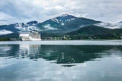 Barco de cruceros en un puerto en Juneau, Alaska Imágenes de archivo libres de regalías