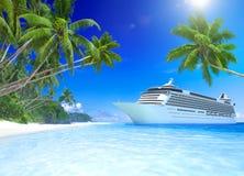 Barco de cruceros en una playa tropical Fotos de archivo