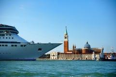 Barco de cruceros en Venecia Foto de archivo libre de regalías