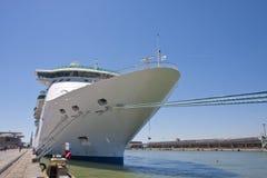 Barco de cruceros enorme atado en el muelle Imágenes de archivo libres de regalías