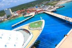 Barco de cruceros enorme atracado en un acceso exótico Foto de archivo