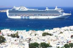 Barco de cruceros enorme en el ancla en la isla de los mykonos Imagen de archivo