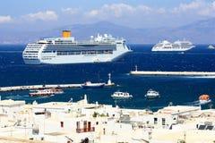 Barco de cruceros enorme en el ancla en la isla de los mykonos Imagen de archivo libre de regalías