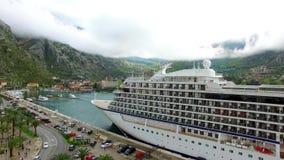 Barco de cruceros enorme en la bahía de Kotor en Montenegro Cerca del viejo almacen de metraje de vídeo