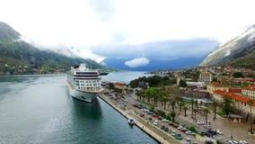 Barco de cruceros enorme en la bahía de Kotor en Montenegro Cerca del viejo metrajes