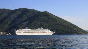 Barco de cruceros enorme en la bahía de Kotor en Montenegro Un hermoso metrajes