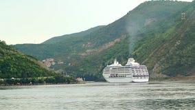 Barco de cruceros enorme en la bahía de Kotor en Montenegro Un hermoso almacen de metraje de vídeo