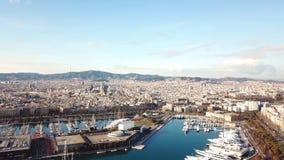Barco de cruceros enorme en la bahía existencias Vista superior de una ciudad enorme con un puerto del yate Un país hermoso a via imagen de archivo