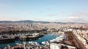 Barco de cruceros enorme en la bah?a existencias Vista superior de una ciudad enorme con un puerto del yate Un pa?s hermoso a via almacen de metraje de vídeo