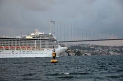 Barco de cruceros gigante griego que pasa con los estrechos de Estambul Imagenes de archivo