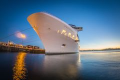 Barco de cruceros grande amarrado en el embarcadero en la puesta del sol imágenes de archivo libres de regalías