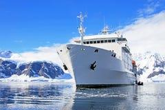 Barco de cruceros grande en aguas antárticas Fotos de archivo