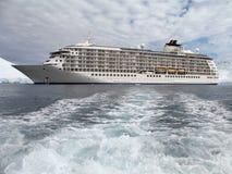 Barco de cruceros grande en Ant3artida Imágenes de archivo libres de regalías