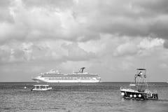 Barco de cruceros grande en bahía en el agua, Cozumel, México foto de archivo libre de regalías