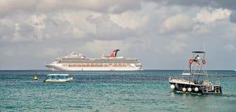 Barco de cruceros grande en bahía en el agua, Cozumel, México imagen de archivo