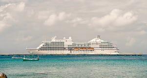 Barco de cruceros grande en bahía en el agua, Cozumel, México imagen de archivo libre de regalías
