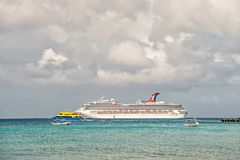 Barco de cruceros grande en bahía en el agua, Cozumel, México fotografía de archivo