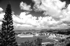 Barco de cruceros grande en bahía en el mar de la isla, Santa Lucía imagen de archivo libre de regalías