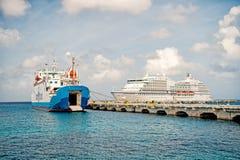 Barco de cruceros grande en bahía en el mar de la isla, Santa Lucía imagen de archivo