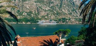 Barco de cruceros grande en la bahía de Kotor en Montenegro Véalo de fotografía de archivo libre de regalías