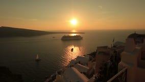 Barco de cruceros grande en la isla de Santorini, Grecia en puesta del sol impresionante almacen de video