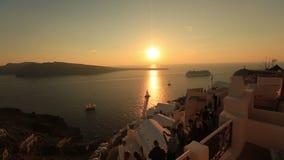 Barco de cruceros grande en la isla de Santorini, Grecia en puesta del sol impresionante almacen de metraje de vídeo
