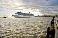 Barco de cruceros grande en St Petersburg Fotos de archivo