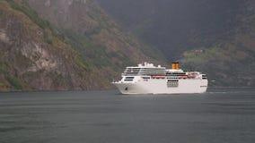 Barco de cruceros grande que entra en un fiordo noruego almacen de metraje de vídeo