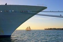 Barco de cruceros grande y pequeño barco de navegación, comparación del tamaño, Key West, la Florida, los E.E.U.U. Fotografía de archivo