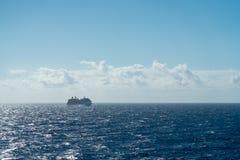 Barco de cruceros hacia fuera en el mar imagenes de archivo