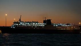 Barco de cruceros iluminado por la última tarde almacen de video