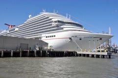 Barco de cruceros de la brisa del carnaval del m/v imagenes de archivo